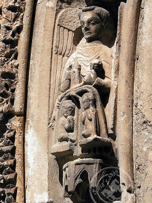 Psicóstasis, pesaje del alma por San Miguel en portada principal de la catedral del Burgo de Osma