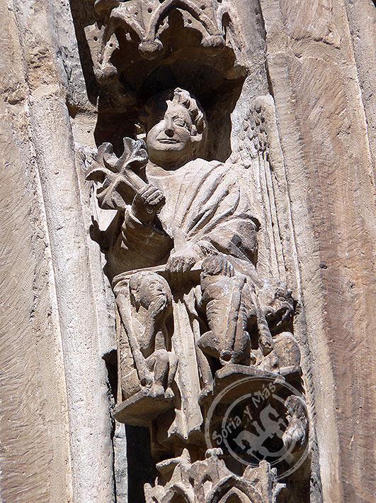 Psicostasis en portada principal de la catedral del Burgo de Osma