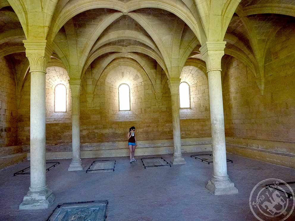 Santes-Creus-sala-conventual-con-tumbas